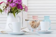 Tasse de café d'expresso sur la table en bois en café avec le backg de lumière de bokeh image stock