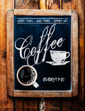 Tasse de café d'expresso sur un signe entraînant photographie stock libre de droits