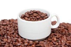 Tasse de café avec le grain de café à l'intérieur Image stock