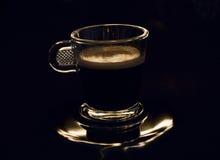 Tasse de café dans discret Photos stock