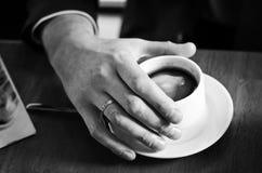 Tasse de café dans la main Photo stock