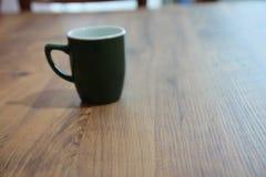 Tasse de café dans la table Photo libre de droits