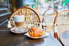 Tasse de café dans la table du café français de rue image stock