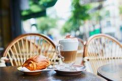 Tasse de café dans la table du café français de rue images stock