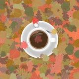 Tasse de café dans le feuillage d'automne Images libres de droits