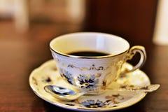 Tasse de café dans le service de Zsolnay Image libre de droits