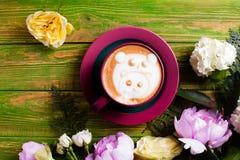 Tasse de café dans le zoo photographie stock