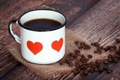 Tasse de café dans une vieille tasse d'émail Images libres de droits