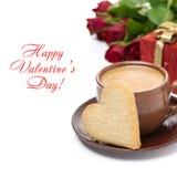 Tasse de café, de biscuit sous forme de coeur, de cadeau et de roses Photos stock