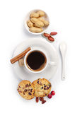 Tasse de café, de biscuits et d'écrous photographie stock libre de droits