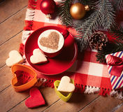 Tasse de café, de biscuits et de décorations de Noël Image stock
