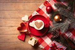 Tasse de café, de biscuits et de décorations de Noël Photo stock