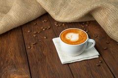 Tasse de café de cappuccino au bois Images stock