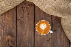 Tasse de café de cappuccino au bois Photos stock