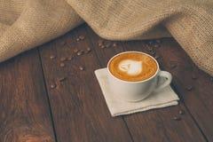Tasse de café de cappuccino au bois Photo stock