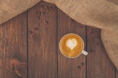 Tasse de café de cappuccino au bois Photos libres de droits