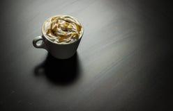 Tasse de café de cappuccino de caramel images stock