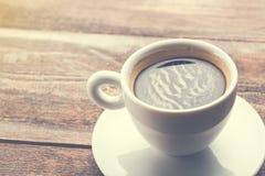 Tasse de café de cappuccino sur la table en bois Café dans le concept de matin Photo libre de droits