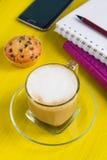 Tasse de café, de carnet et de téléphone intelligent sur une table Image libre de droits