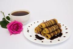 Tasse de café, de crêpes et de roses Photo stock