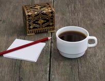 Tasse de café, de crayon avec le papier et d'un cercueil, une vie immobile, un s Photo libre de droits