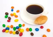 Tasse de café, de croissant et de sucreries Photos libres de droits