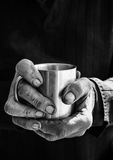 Tasse de café de fixation de main photos stock