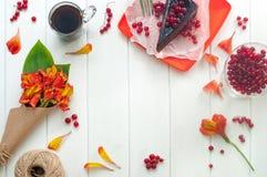 Tasse de café, de gâteau et de fleurs sur le fond en bois blanc Image libre de droits