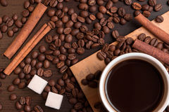 Tasse de café, de grains de café, de cubes en sucre et de cannelle Photo stock