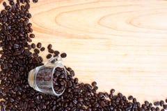 Tasse de café de haricot sur la table en bois Image stock