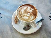 tasse de café de Latte-art, cuillère à café et 'brownie' image libre de droits