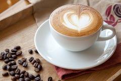 Tasse de café de latte de ` de café avec l'art de latte de coeur sur le dessus images libres de droits