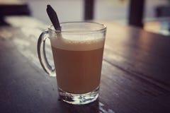 Tasse de café de matin dans le ton chaud et de vintage Photographie stock