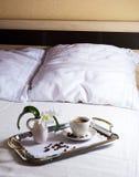 Tasse de café de matin sur le plateau élégant de portion Photos libres de droits