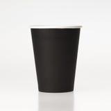 Tasse de café de papier noire sur le fond blanc Photos libres de droits