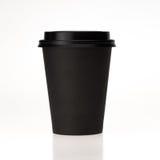 Tasse de café de papier noire sur le fond blanc Image stock