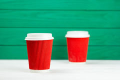 Tasse de café de papier rouge de texture de carton de deux taches floues Image libre de droits