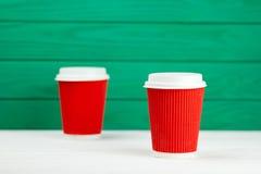 Tasse de café de papier rouge de texture de carton de deux taches floues Photos stock