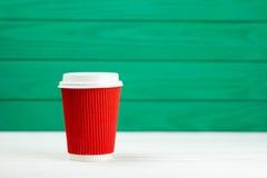 Tasse de café de papier rouge de texture de carton de tache floue Image stock