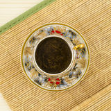 Tasse de café de porcelaine avec le motif de fleur Photo libre de droits
