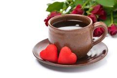 Tasse de café, de sucrerie rouge, de cadeau et de roses pour la Saint-Valentin Images libres de droits