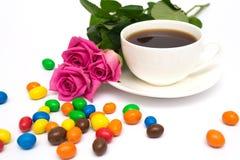 Tasse de café, de sucreries et de roses Photo stock