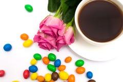 Tasse de café, de sucreries et de roses Image stock