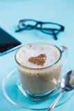 Tasse de café, de téléphone intelligent et de verres sur une table Image stock