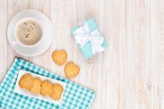 Tasse de café, des biscuits en forme de coeur et du boîte-cadeau Photographie stock libre de droits