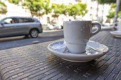 Tasse de café donnant sur la ville Fond brouillé Images libres de droits