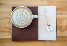 Tasse de café du plat en bois avec la cuillère Photographie stock