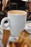 Tasse de café en café Photos libres de droits