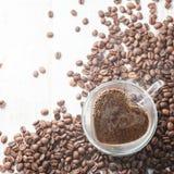 Tasse de café en forme de coeur Images stock