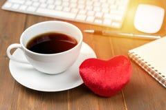 Tasse de café et avec des instruments de bureau Photo stock